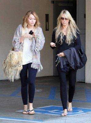 """Miley allant dans un salon de beauté avec sa mère + s'entraîne au tir pour son film """"So Undercover"""" le 26 et 18/11/10"""
