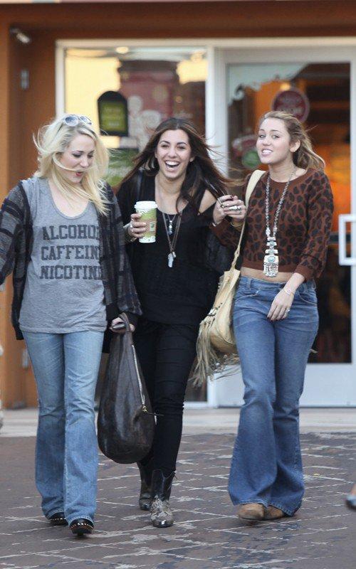 Miley à Toluca Lake 27/11/10  + avec des amies à Studio City 28/11/10