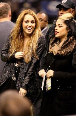 Miley portant des bijoux Jewelry By Veronique + se trouve au Saints Game, Nouvelle Orléans 12/12/10