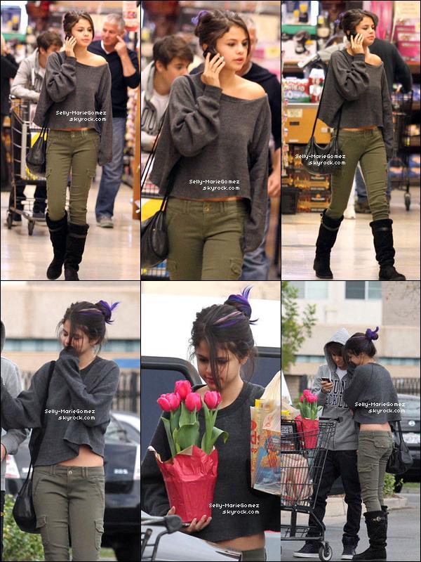 . Selena et Justin ont fait des courses dans un centre commercial à Encino, le 14 janvier. .