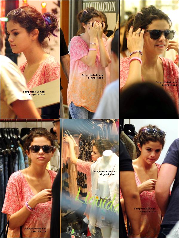 . Selena faisait les magasins à Buenos Aires, le 08 février. .
