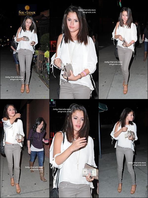 . Selena sortait dîner avec des amis à Hollywood, le 22 février. .