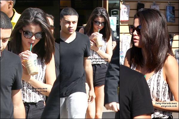 . Selena et Justin sortaient dans Calabasas à Los Angeles, le 23 février. .