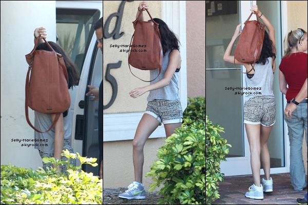 . Selena rentrait à son hôtel en Floride, le 01 mars. .