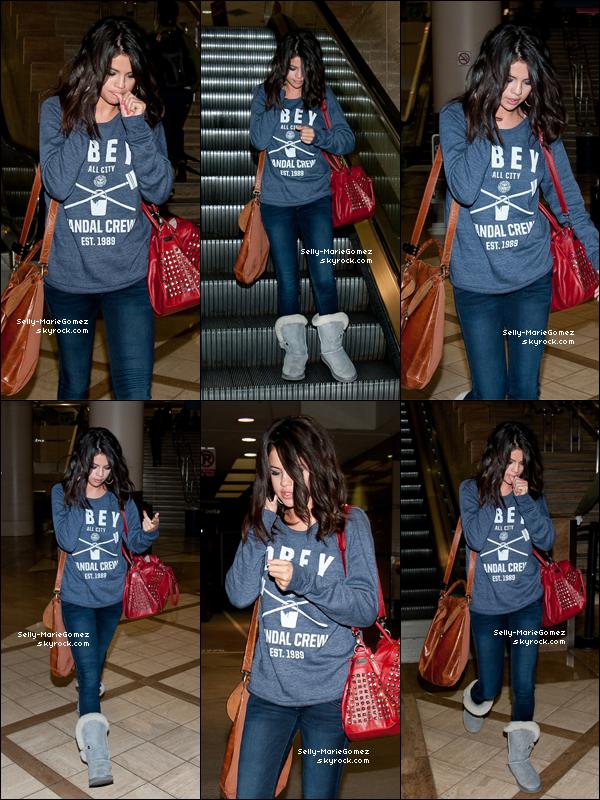 . Selena a été aperçue à l'aéroport de LAX à Los Angeles, le 02 mars. .