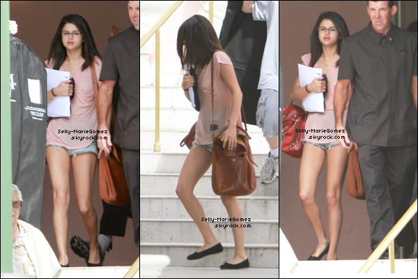 . Selena et son garde du corps quittaient son hôtel à Tampa, le 02 mars. .