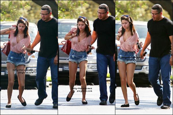 . Selena et son garde du corps retournaient à son hôtel à Tampa, le 02 mars. .