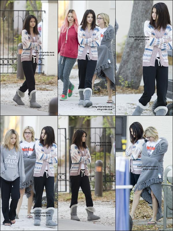 . Selena et ses co-stars arrivaient sur le set de Spring Breakers, le 05 mars. .