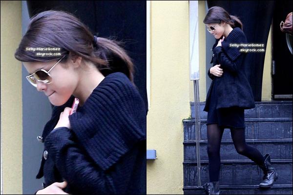 . Selena a été vue en train de promener son petit chien Baylor à Toronto, le 25 octobre. .
