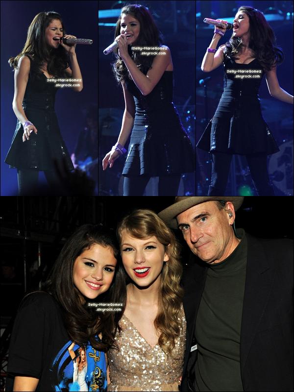 """. Selena a retrouvé Taylor Swift à New York alors que cette dernière clôturait sa tournée """"Speak Tour"""". Selena est montée sur scène et a performé """"Who Says"""" avant de retrouver Taylor dans les coulisses du concert. ."""
