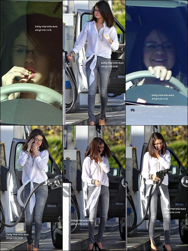 . Selena mangeait en famille au Trattoria Dell' Arte juste avant le réveillon, le 30 décembre. .