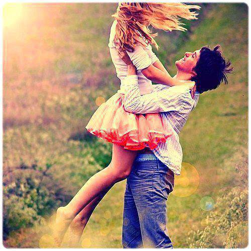 """""""Tout le monde dit que l'amour fait mal, ce qui est faux. La solitude fait mal. Se faire rejeter fait mal. Perdre quelqu'un fait mal. L'envie fait mal. Tout le monde confond ces petites choses avec l'amour, mais en réalité, l'amour est la seule chose dans ce monde qui fait fuir tout ce mal et qui te fait sentir si bien à nouveau."""""""