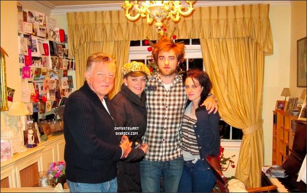 Catégorie : Photo personelle. Noël 2009 ♦ Une nouvelle photo de Kristen, Robert et la famille de Rob datant du Noël dernier est sortie. ♥