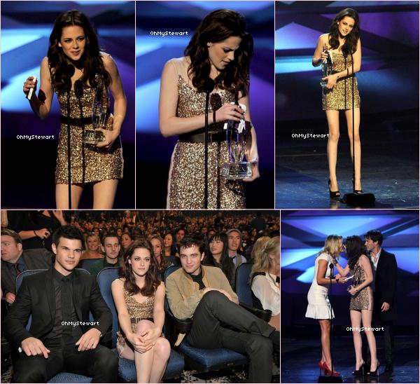 ♦ APPARENCE :  .  Kristen , Robert & Taylor étais présent au PCA, hier soir. K. a remporté le prix de la meilleure actrice ! Comment trouvez-vous sa tenue ? Moi, je dis TOP ! Kris' étais merveilleuse ♥  .