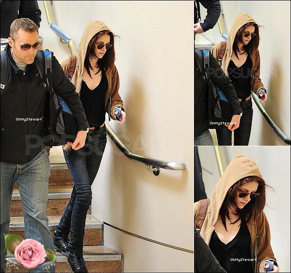● Candids : Hallélujah ! Non, non vous ne rêvez pas. Kristen est sortie ! Elle est à l'aéroport de LAX.  Elle est juste superbe, simple, mais.. Kristen a une attelle au poignet ! Je vous dirai quand je serai ce qu'elle a.