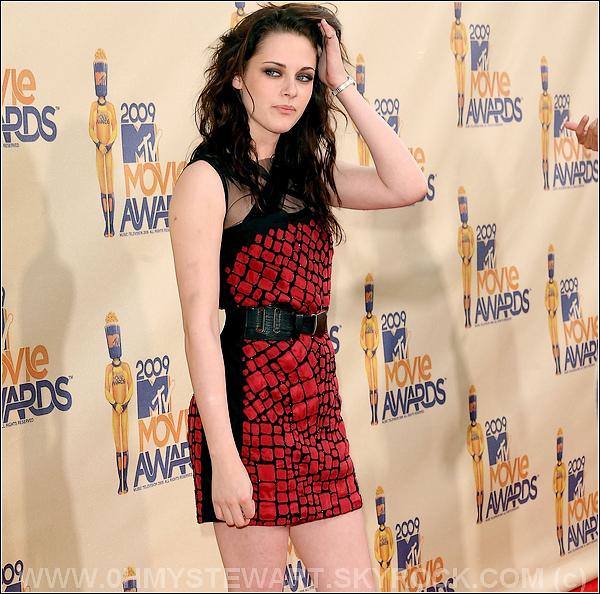 """Les photos un peu Hot de Breaking Dawn sont des photos volées, Je ne les met donc pas sur le blog ! J'attendrai des photos officiels pour les mettre. :)  . De plus, hier pour le """" Poisson d'avril """" des gens ont fait passer Kristen Stewart & Robert Pattinson pour mort. C'est faux, bien evidement !"""
