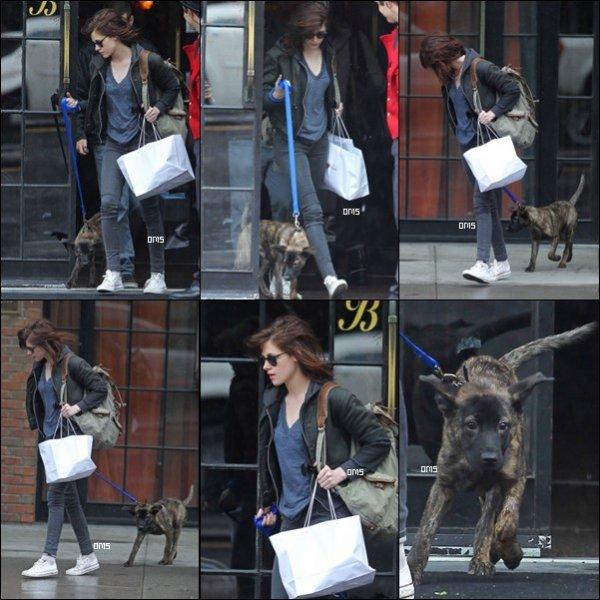 7/05/11:    Kristen a été aperçue faisant du shopping à NYC avec le chien de Rob',  Bear.    Je le trouve trop mignon !