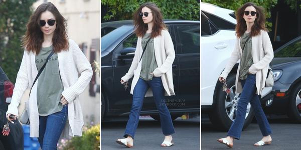 16 DÉCEMBRE 2017: Lily a été vue alors qu'elle rejoignait sa voiture, à Hollywood. J'adore l'aspect décontracté de la tenue de Lily.. C'est un top.