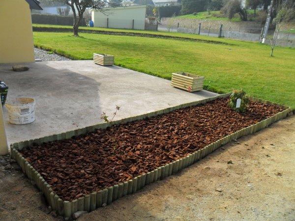On a aussi delimit l 39 all e avec des rondins de bois mis for Bordure de jardin fait maison