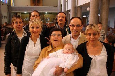 voici la famille dans l'eglise pour batiser shanna
