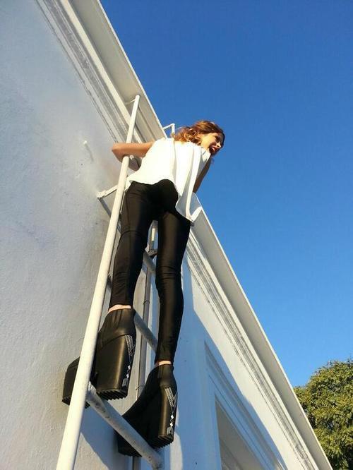 """backstage de Tini haciendo el shoot para la revista """"Viva"""""""