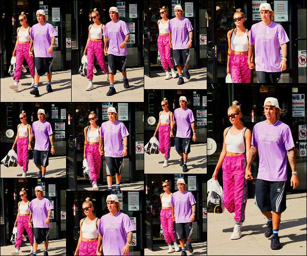 26/07/18 - Justin Bieber, et sa fiancée Hailey Baldwin, sortant du  magasin City Acres,  situé à -  N-Y-C.Quelques achats faits de produits frais et les revoilà ressortis. Justin portait un joli t-shirt de sa couleur préférée ainsi qu'un short Adidas. Top ou Flop?