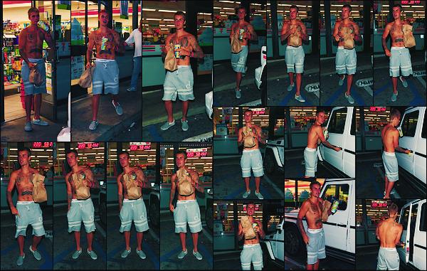 • 22 juillet2017 || Justin Bieber à été photographier quittant le commerce « 7-Eleven » dans la nuit à Los Angeles. C'est avec un simple short gris que le canadien à été aperçue par les paparazzis à la sortie du magasin, boisson à la main !•