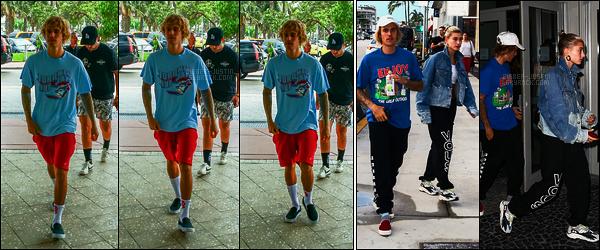 11/06/18 - Le canadien Justin Bieber a été vu arrivant à un hôtel avec Hailey Baldwin situé dans Miami.Dans la même journée, Justin et Hailey se sont rendus dans un cinéma de Miami ! Résultats : deux flops et surtout, la coupe on en parle même plus !