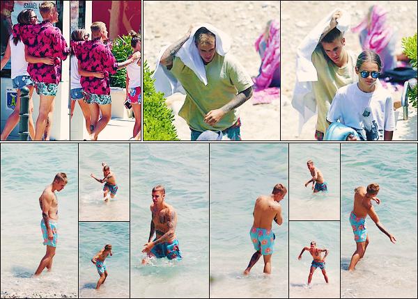 • 30 juin2017 ||C'est dans notre pays qu'il à été vu accompagnée par Laura Lentz et sa fille à Saint-Jean-Cap-Ferrat. C'est profitant du soleil et de la plage que le canadien, Justin Bieber à été photographier en France. Le bleu lui va à ravir ! •