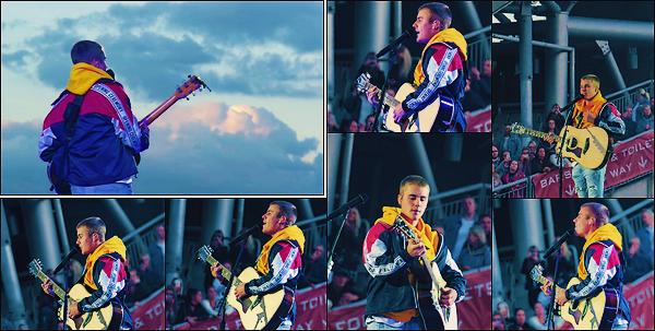 • 04 juin2017   Notre chanteur à performer lors du concert de charité organisé par Ariana Grande à Manchester. Justin à performer « Cold Water » et « Love Yourself ». Il a aussi été vu quittant un restaurant puis arivant en Allemagne. •
