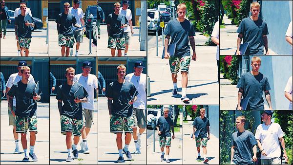 • 26 juillet2017 || C'est toujours ce promenant dans les rues que le chanteur à été photographier à Los Angeles. Le soir même, Justin à été vu sortant de chez lui, et à eu un petit accident avec un paparazzi. Plus de peur que de mal.•