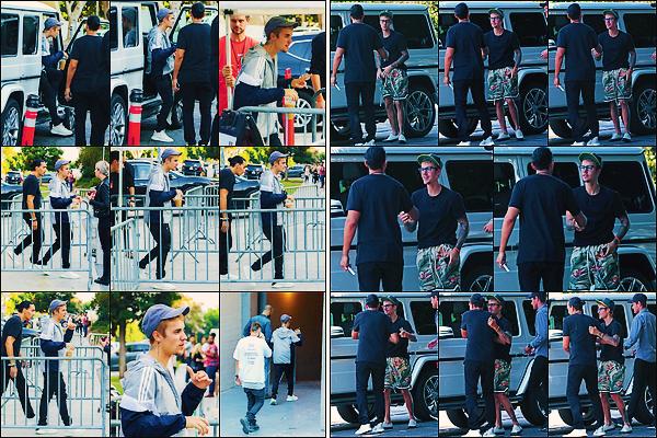 • 05 aout 2017 || C'est quittant le théâtre « Wiltern » que le chanteur à été photographié à Los Angeles. Plus tard, il à été aperçue quittant la « Zoe Conference ». Le soir, Jay a aussi été repéré dans les belle rues californienne. Un petit top.•