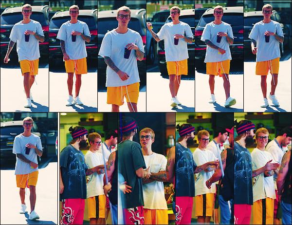 • 28 aout 2017 || Le canadien Justin Bieber à été photographié dans le « Earth bar » dans Beverly Hills. Notre chanteur à été aperçue quittant le magasin quelques instants plus tard. Celui-ci été en compagnie du chanteur Jared Leto. Un top.•