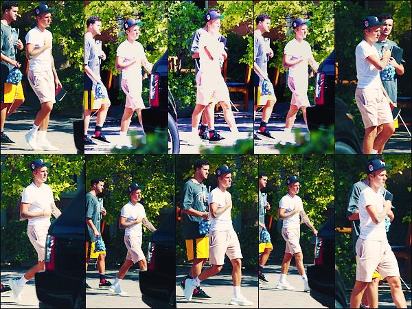 • 09 septembre 2017    Justin Bieber à été photographié ce promenant avec un ami dans Los Angeles. Notre chanteur profite du soleil californien et de ses ami pour ce balader. Je ne suis pas fan de la tenue du canadien. Un flop pourcelle-ci•