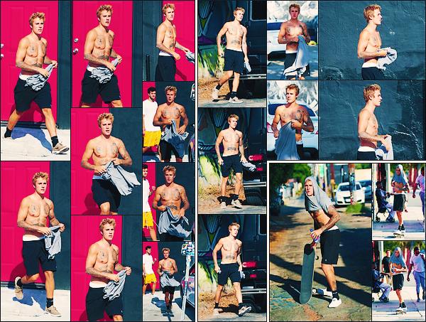 • 16 septembre 2017 || Notre ravissant Justin Bieber à été photographié dans les rues de Los Angeles. Notre chanteur canadien profite du soleil californien en faisant du skate dans les rues. Un petit top pour la tenue décontractée du Bieb's.•