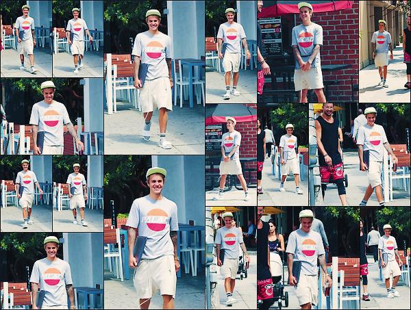 • 20 septembre 2017 || Notre Justin à été photographié avec Carl Lentz dans les rues de Los Angeles. C'est tout souriant que le chanteur et interprête canadien de « what do you mean » à été aperçue ce promenant. Un top à sa tenue !•
