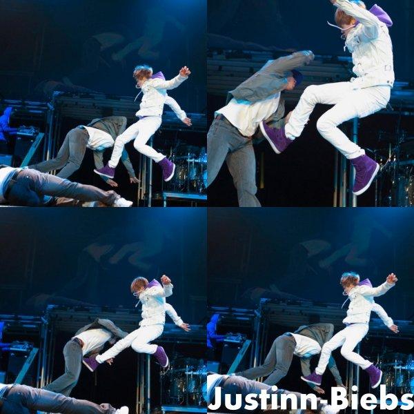 .    New : Justin Bieber : un vrai ninja sur scène, à Vancouver !  .