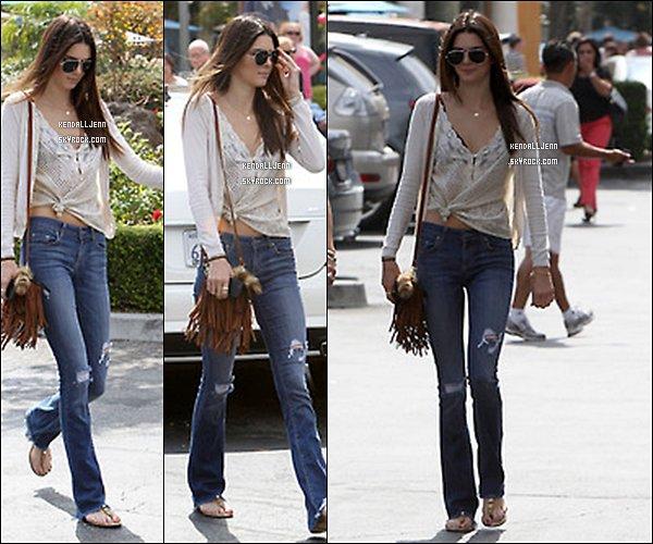 ........20/09/13 : Kendall et Kylie  ont été vu allant  dans un  centre commercial a calabasas. ....