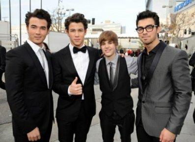 Les Jonas Brothers Et Justin Bieber Se Disputent Pour Les Sigles J.B