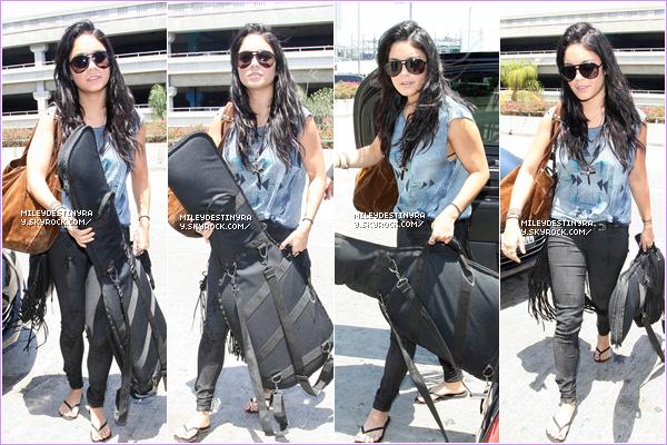 - CANDIDS   V et A amenant des bagages à leur voitures. Ils se dirigaient vers l'aéroport de LAX le 21 juillet 2012. CANDIDS   Vanessa et Austin arrivant à l'aéroport de LAX pour le tout prochain film de nôtre magnifique Nessa  -