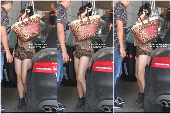 - CANDIDS | Vanessa, tout en se cachant, c'est rendus sur le set de Machete Killsà L.Ale 01 août 2012. -