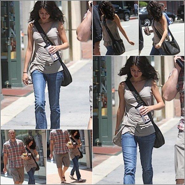 . Vendredi 30 Juillet  :Accompagne de son beau-pére , Selena se rendait chez le medecin a Beverly Hilly .