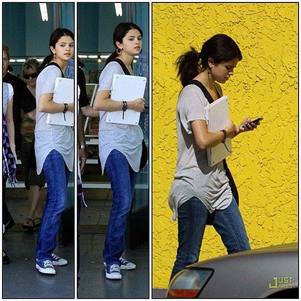 .Mardi 27 Juillet : Hier Selena fait du shopping avec sa famille à Westfield ..
