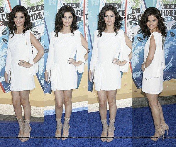 .   8 Août :     Miss Selena , sur le tapis bleu  des  « Teen Choice Awards » à Universal City , Selena est juste magnifique ! elle a reçu 4 pris Félicitation ! .