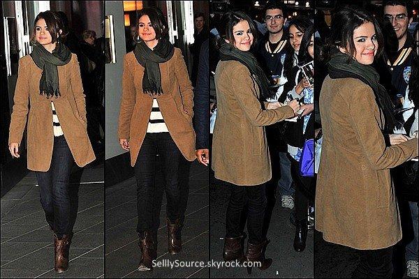 .19 Octobre : Selena quittant son hôtel a Paris . 19 octobre : Selena arrive a Londres .