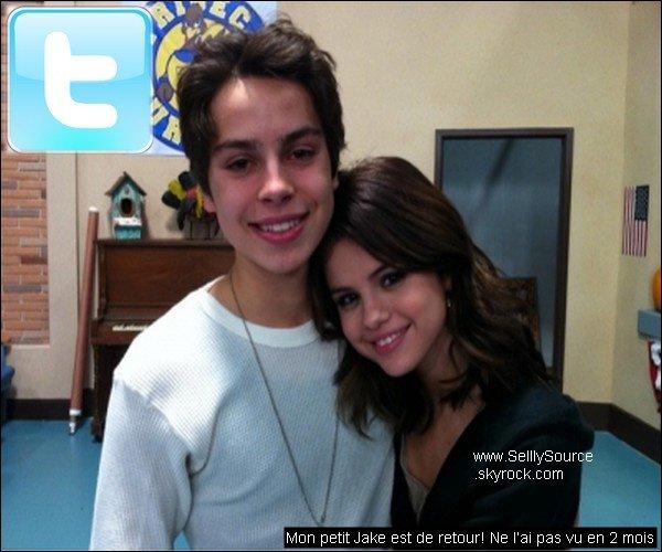 .Selena à poste la photo et le message sur son twitter avec Jake T. Austin .
