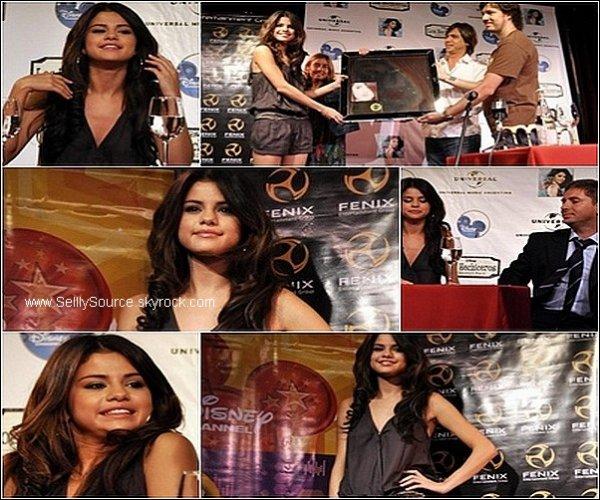 .4/02/11 : Selena donnait une  conference de presse  et recevant une plaque de « Kiss & Tell » qui est disque d'or en Argentine  .