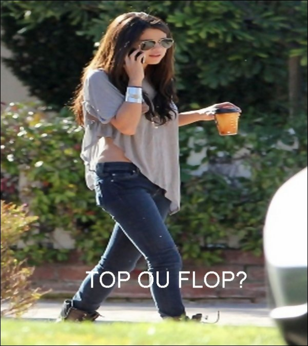 . 7/02/11  : Selena accompagne de  Francia Raisa se promenait à Hollywood   .