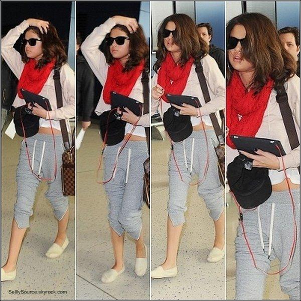 """.17 Mars : Sel' arrivant a l'aéroport de LAX.Après avoir finit sa promotionel de """"Who Says""""  ."""