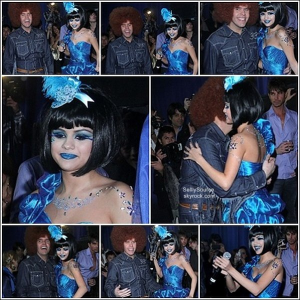 .26.03.2011 : Selena , dans une tenue vêtue de BLEU.Etait à Perez Hilton's , à Los Angeles.